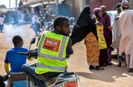 Gesundheitspersonal und Freiwillige bei einer Tür-zu-Tür Polio-Immunisierungskampagne in Kaduna, Nigerien